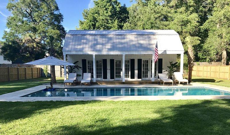 Breezy Poolhouse Cottage, aluguéis de temporada em Mount Pleasant