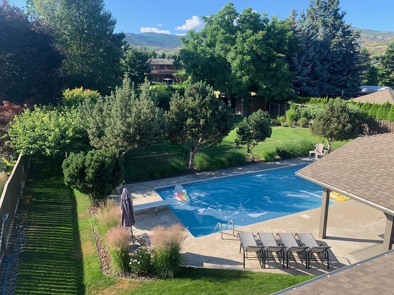 Family Vacation Oasis: Pool, Trampoline, Treehouse, 1/2 Acre Property, Sleeps 11, holiday rental in Kelowna