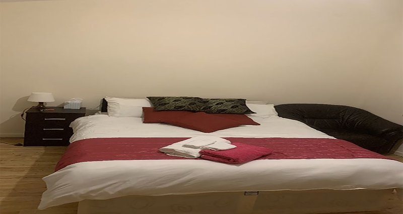 Newly Decorated Loft Studio with kitchenette, holiday rental in Brent