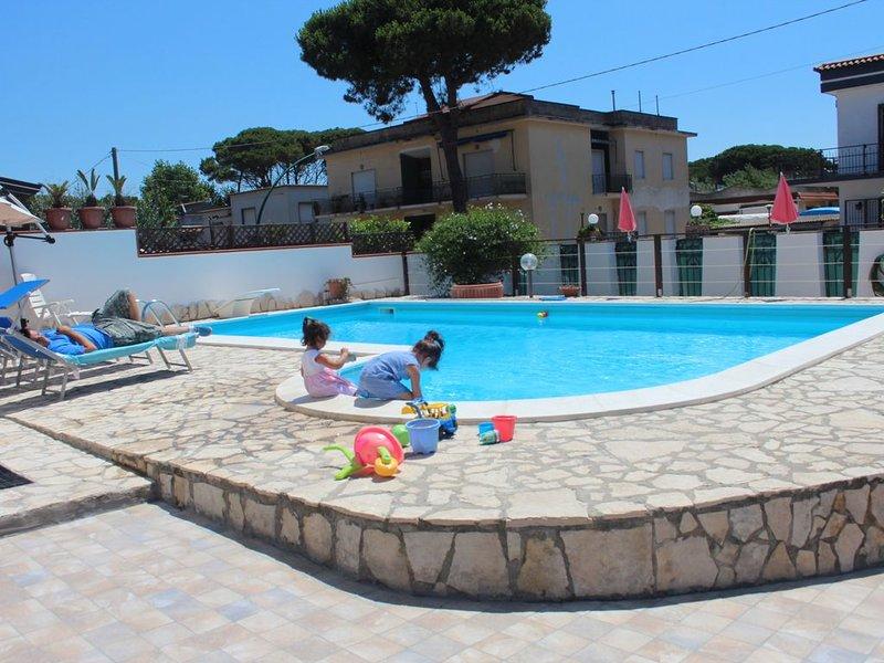 Villa con Piscina Napoli Mare Spiaggia Giardino vacanza parco privato :13persone, alquiler vacacional en Francolise