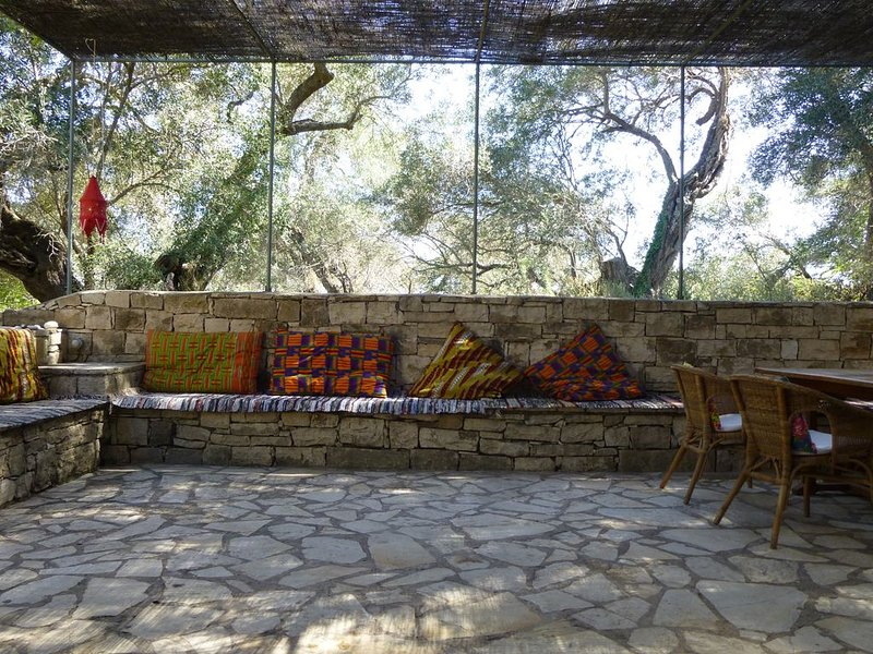 IRINI Big House, converted olive press tucked in a shady olive grove, alquiler vacacional en Magaziá