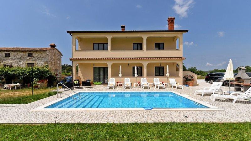 VILLA IVANA WITH PRIVATE POOL 7 KM FROM POREČ, holiday rental in Kastelir