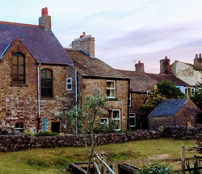 Smithy Cottage; comfortable 18th Century Cottage. In the Peak District Park, casa vacanza a Sparrowpit