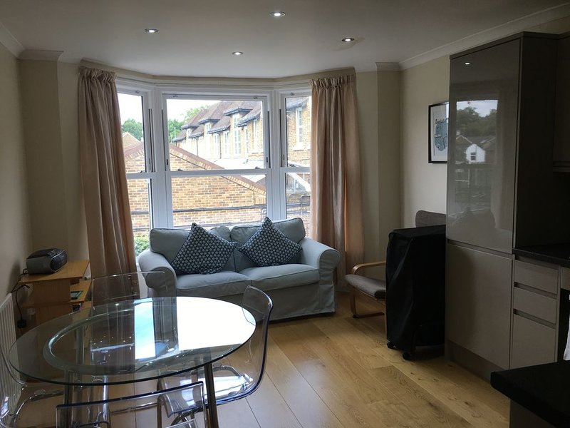 Lovely bright first floor 3 bed flat, location de vacances à Ewell
