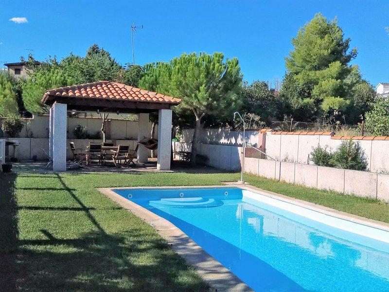 Casa con jardín, piscina, BBQ, WiFi, chimenea a 50 km de Madrid  ideal familias, holiday rental in Navalcarnero