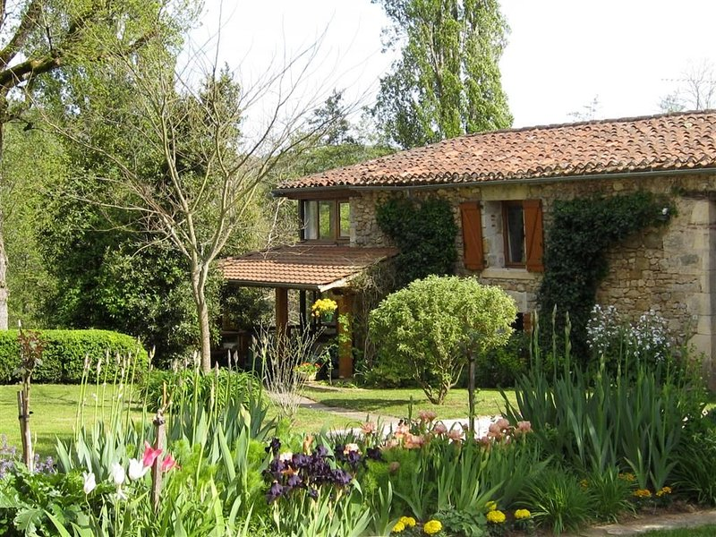 Luxury Gite in Beautifull Countryside with Fantastic Riverside Views, vacation rental in Sauzet