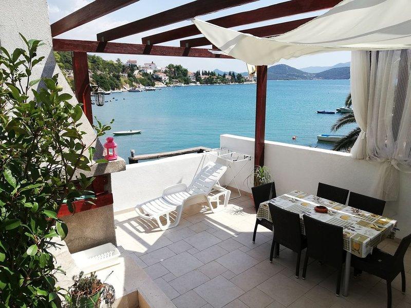 Apartment Olly fronte mare ampia terrazza con barbecue 4 lettini e giardino, holiday rental in Klek