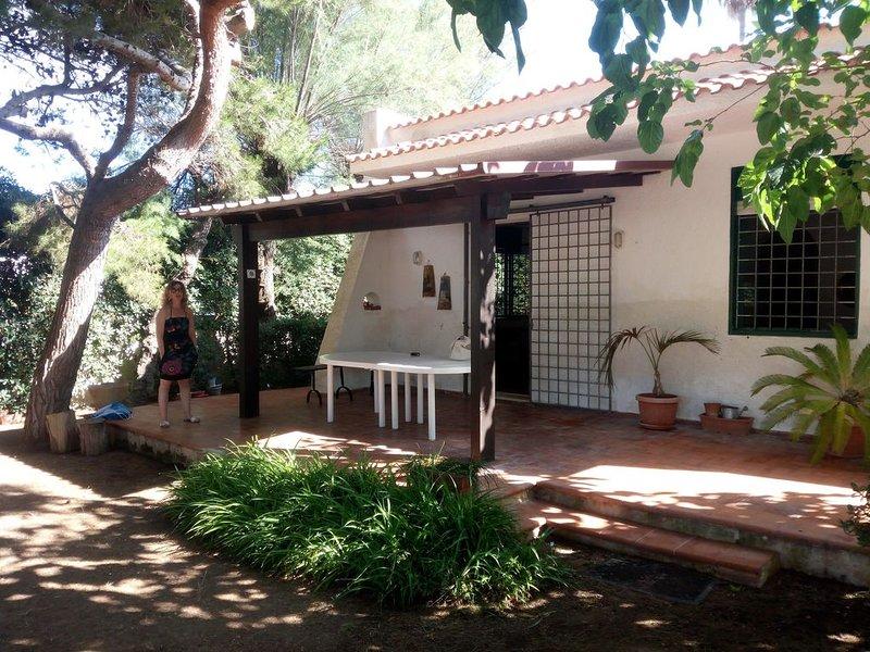 VILLINO RITA 'DUE PASSI IN SPIAGGIA', holiday rental in Digerbato