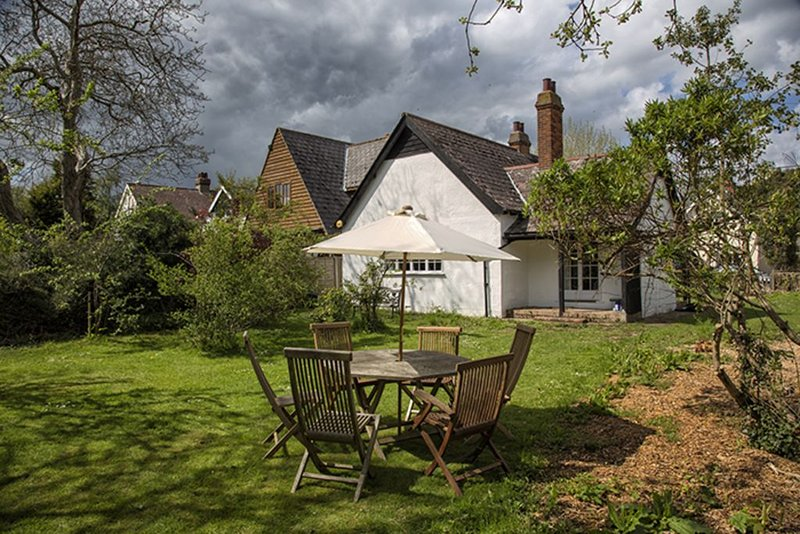 Traditional holiday cottage with large garden, newly and completely renovated, location de vacances à Mersea Island