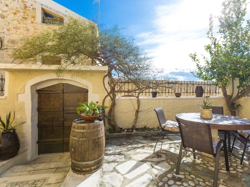 Casa Dorata: Quiet, unique beauty at a picturesque  village close to Rethymnon., holiday rental in Prasies