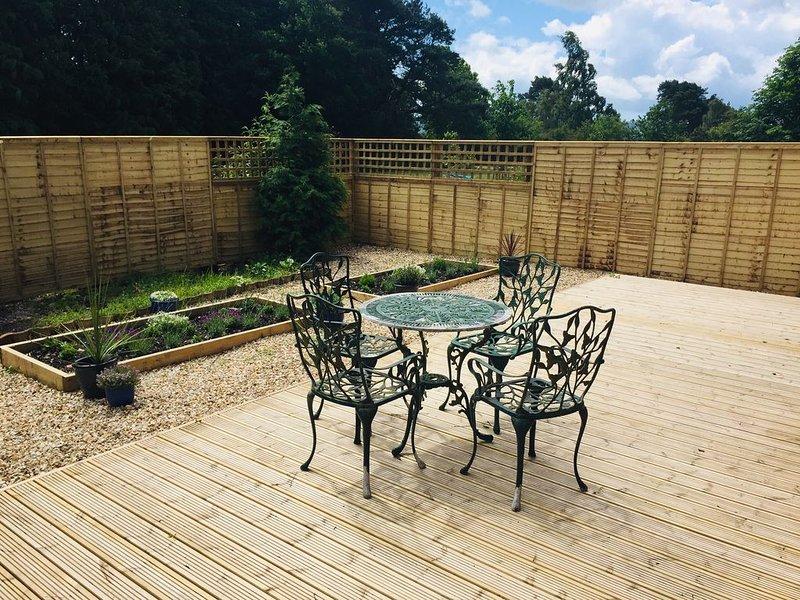 * Nyligen monterat staket för privat uteplats trädgård