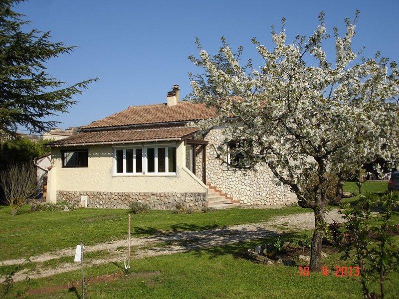 Huis met prive zwembad en grote tuin rustig gelegen in labastide de virac, vacation rental in Barjac