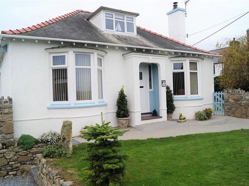 Superb, Spacious Dormer Bungalow, Enclosed Garden, Near Nefyn Beach with parking, location de vacances à Boduan