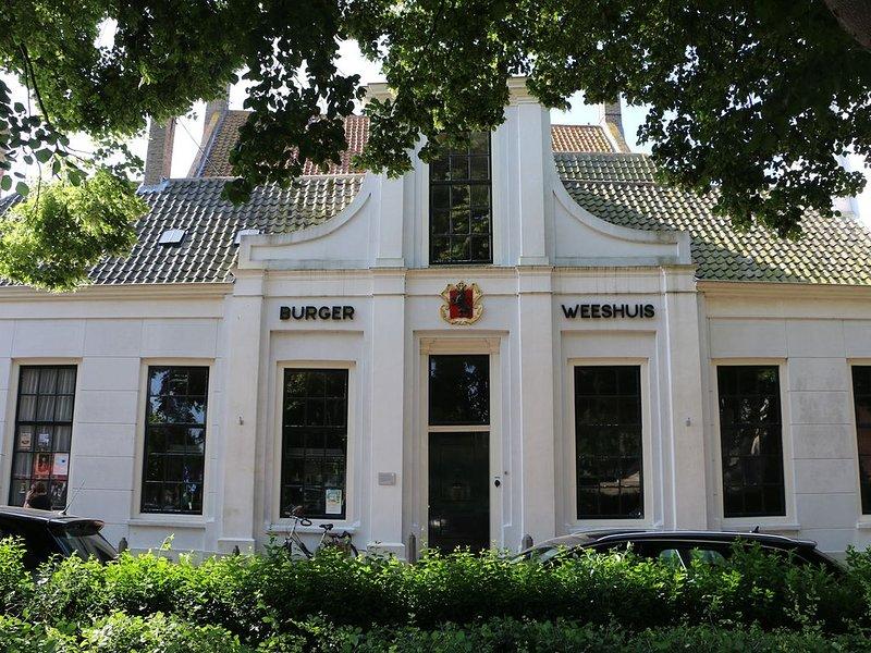 B&B Burgerweeshuis: een mooie gastenkamer met fraaie binnentuin., holiday rental in Zierikzee