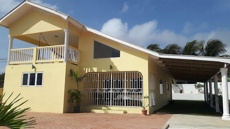 Spacious vacation Villa with huge yard and swimming pool, holiday rental in Santa Catharina