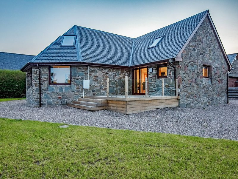 Beautiful relaxing house in fantastic peaceful location near Dundee with hot tub, holiday rental in Angus