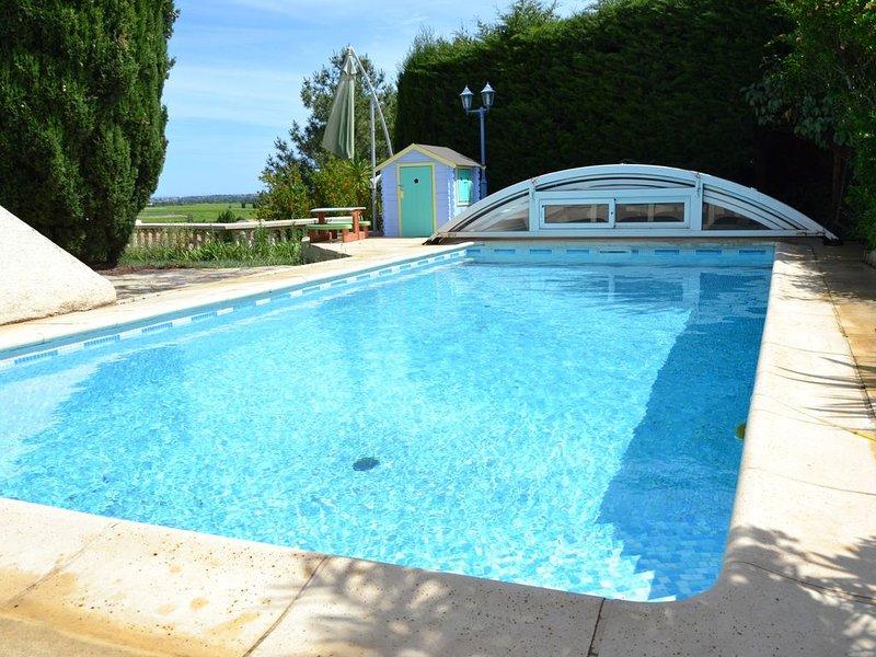 Villa familiale 200m2, piscine couverte, jardin, vue dégagée, proche Montpellier, alquiler vacacional en Cournonterral