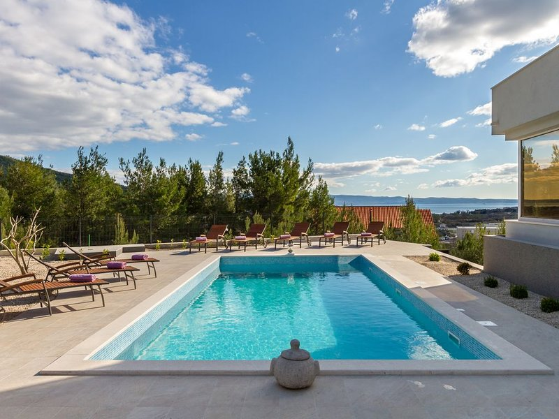 Villa Laetitia only 8 km from Split historical center, holiday rental in Kucine