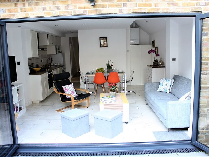 Spacious & Morden newly refurbished flat, holiday rental in East Molesey