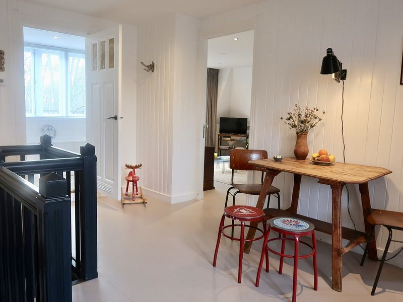 Charming Dike House - Private Floor - Green view, vakantiewoning in Amsterdam