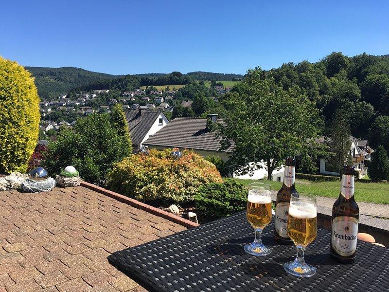Gemütliche Wohlfühl-Fewo am Waldrand mit Morgensonne, Kaminofen und Sauna, casa vacanza a Niedersfeld