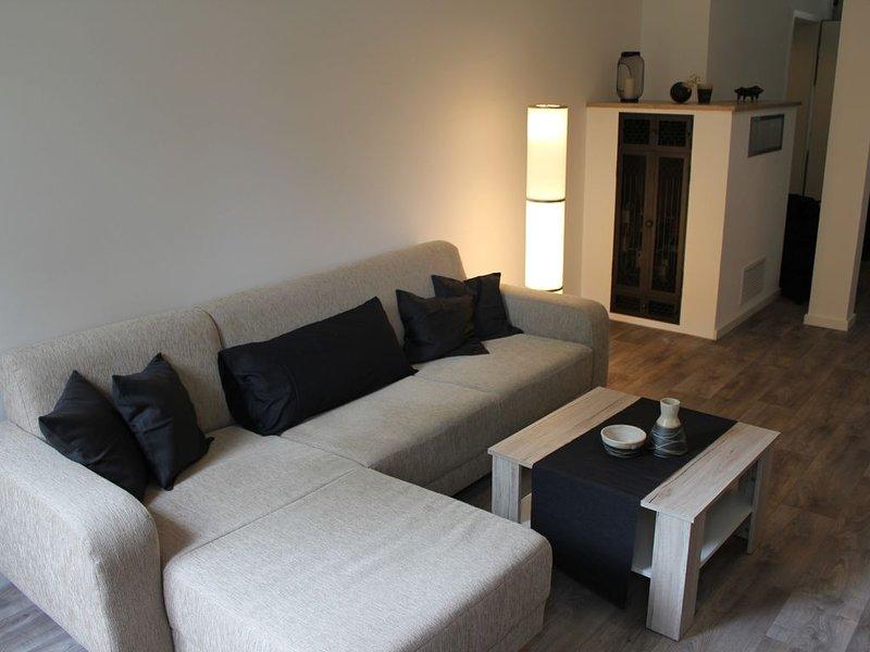 Canapé de salon avec lampadaire et cuisinière moderne