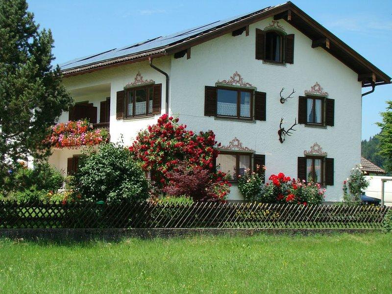Ferienwohnung (76 m²) im Landhausstil mit Alpenrundblick am Samerberg auf 700 m, holiday rental in Prien am Chiemsee
