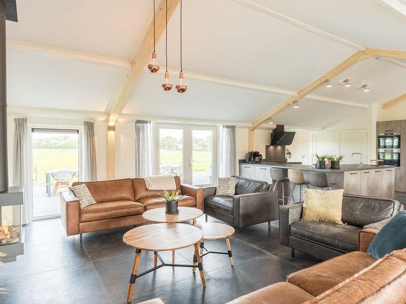 Luxuriöser Bungalow, mit 6 Schlafzimmern und Badezimmern auf Ameland, holiday rental in Ameland
