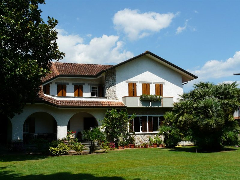 Elegante Villa in Versilia,privater Pool,Meersnähe,grosser Garten,bis 13 Pers, holiday rental in Poveromo