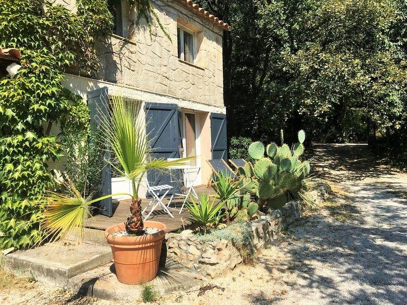 Chambres d'hôtes de charme dans dépendance  avec terrasse et jardin privatif, holiday rental in Vailhauques