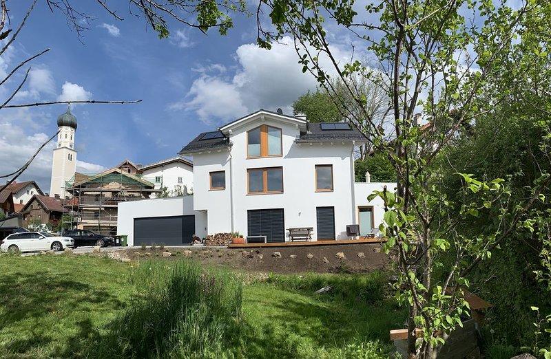 Modern, große Terrasse, Garten und viel Sonne., holiday rental in Feldafing
