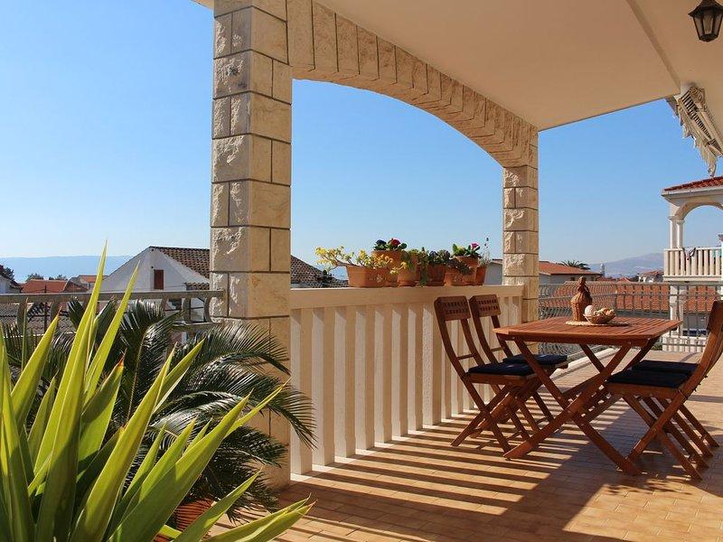 Gemütliche Ferienwohnung Ane mit Meerblick, in der Nähe von Split, aluguéis de temporada em Kastela