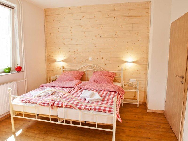 Landhaus im Rinnetal: Ferienwohnung Rotkäppchen, rollstuhlgerecht, mit Garten, holiday rental in Schwarzenborn