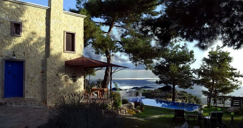 Authentic Rustic Mediterranean Cottage With Private Pool, Sea And Forest Views, casa vacanza a Islamlar