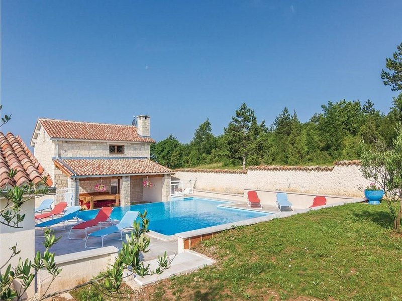 VILLA IN PEACEFUL LOCATION, NATURE, HEATED SWIMMING POOL, SUITABLE FOR CHILDREN, holiday rental in Zabrezani