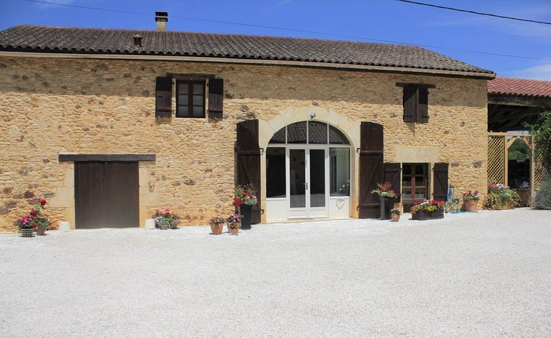 Beautiful  Coach House In Idyllic 7 Acre Rural Setting With Heated Private Pool, location de vacances à Saint-Cernin-de-l'Herm