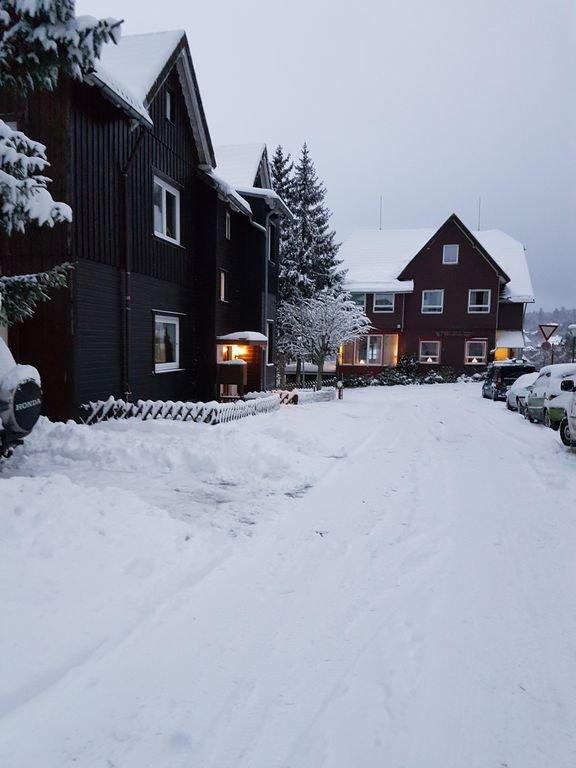 A entrada da casa fica à esquerda na foto (iluminada)