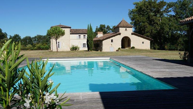 Château de La Salle, maison de famille avec pool house et piscine clôturée, holiday rental in Callen