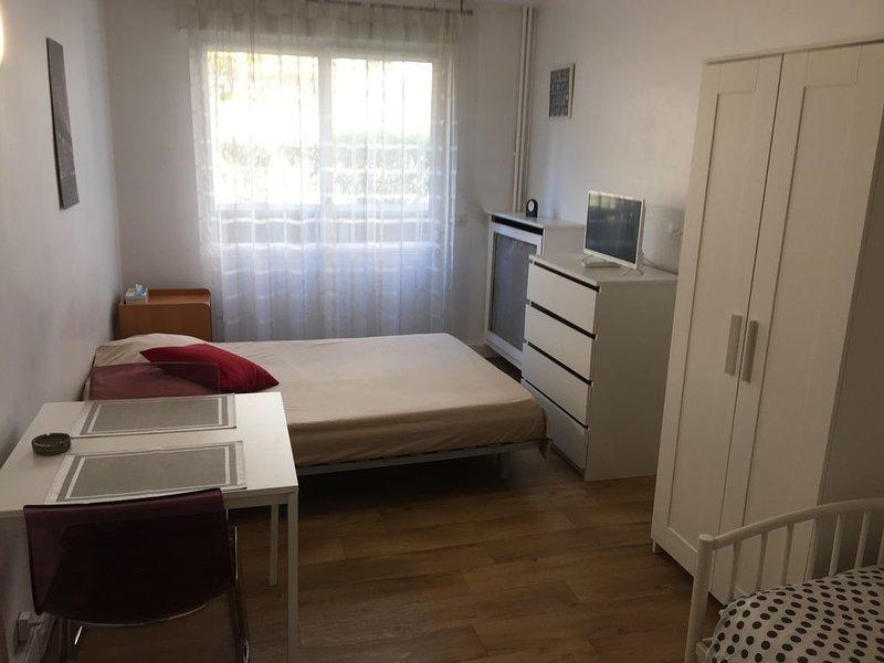 GRAND STUDIO TRES AGREABLE ET FONCTIONNEL, location de vacances à Ivry-sur-Seine