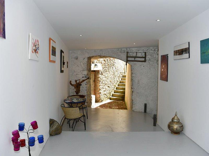 Belle Demeure mitoyenne du 17eme siècle restaurée, location de vacances à Vèzenobres