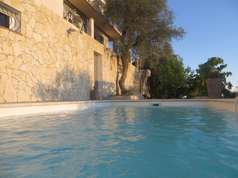 APPARTEMENT 130m2 AVEC PISCINE SOUS LES OLIVIERS, vacation rental in Colomars