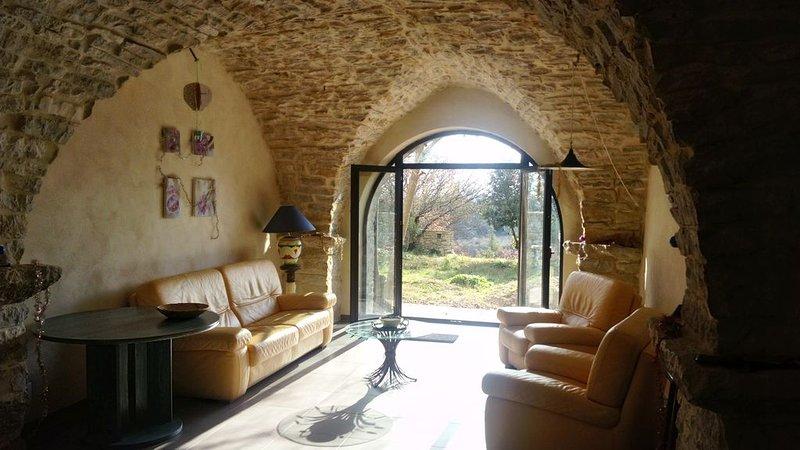 Aux portes des cévennes, maison de pierres rénovée, très calme, terrain privé, location de vacances à La Cadière-et-Cambo