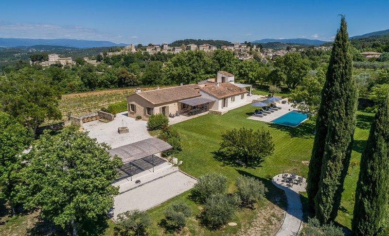 Superbe villa classée 5* avec vue spectaculaire à Ménerbes, vacation rental in Vaucluse