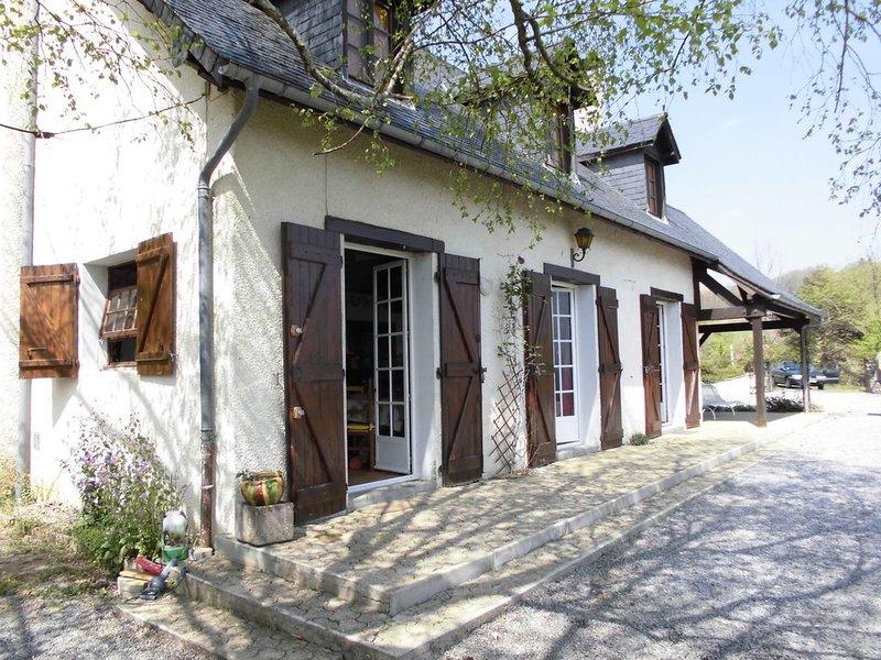 Maison de caractère avec vue panoramique sur les montagnes dans un calme serein, vacation rental in Mauleon-Licharre