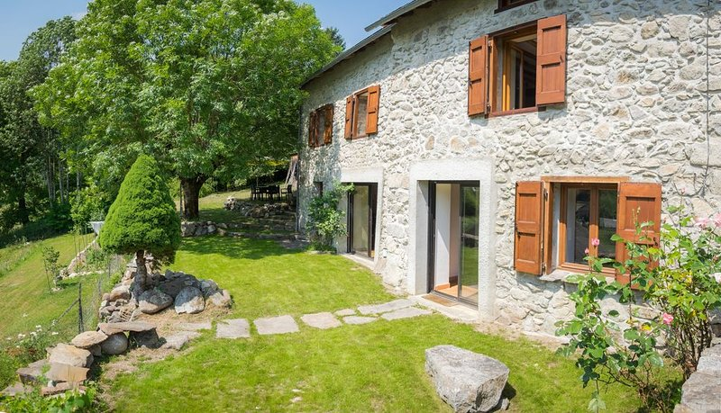 Magnifique maison en pierre rénovée avec grand jardin au Coeur des Pyrénées, vakantiewoning in Ariege