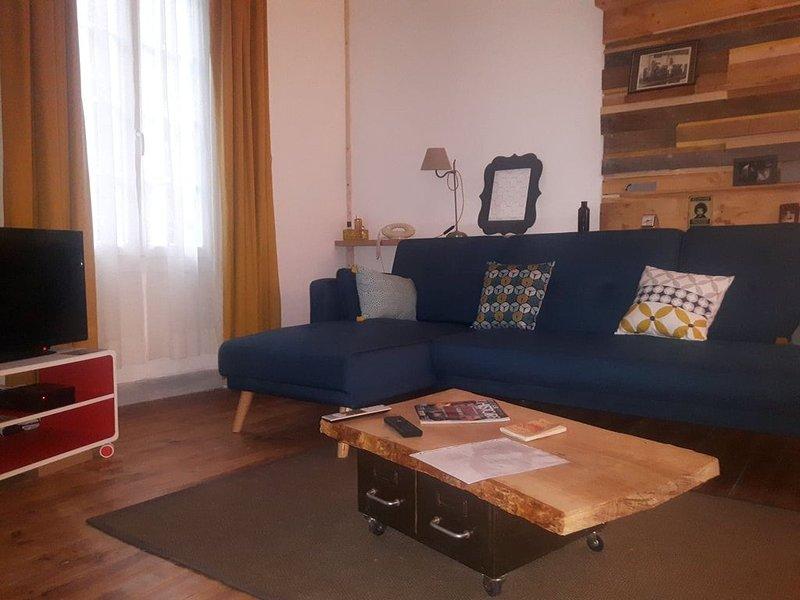 DUPLEX COUP DE COEUR 2 CHAMBRES CENTRE VILLE, location de vacances à Uzer