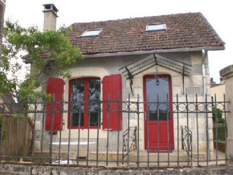 Maison sur un quai piétonnier au bord de la Dordogne, holiday rental in Pontours