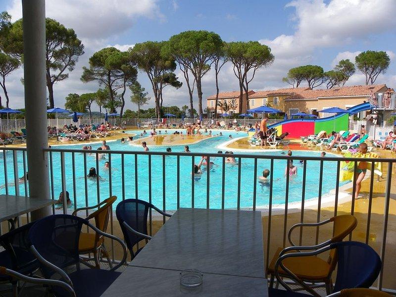 Maison 2 chambres dans résidence  avec piscines clubs enfts  ados et animations, holiday rental in Calvisson