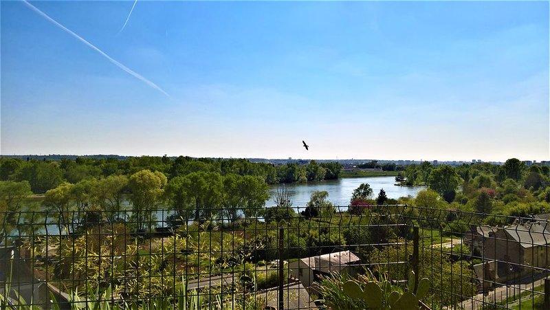 Gite Troglodyte Atypique - Suite du Ciel, vue sur la Loire - près des châteaux, holiday rental in Montlouis-sur-Loire