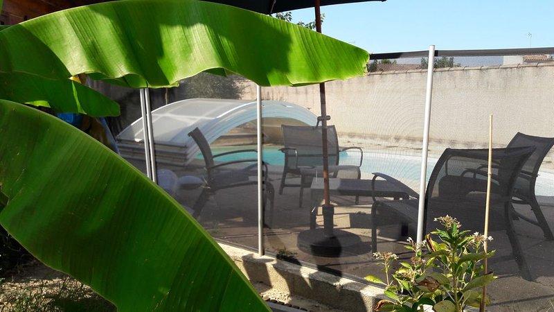 Villa avec jardin et piscine privée à 15 mn des plages, holiday rental in Marsillargues